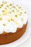 Torta anaranjada con el yogur, la miel y los pistachos griegos imagen de archivo libre de regalías