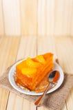 Torta anaranjada de la fruta en una placa blanca Imagen de archivo libre de regalías