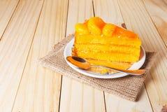 Torta anaranjada de la fruta en una placa blanca Imágenes de archivo libres de regalías