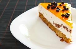 Torta anaranjada de la jalea con crema batida y arándanos Foto de archivo