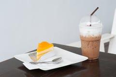 Torta anaranjada en el plato blanco Fotos de archivo libres de regalías