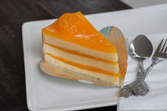 Torta anaranjada en el plato blanco Fotografía de archivo libre de regalías