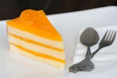 Torta anaranjada en el plato blanco Imagen de archivo libre de regalías
