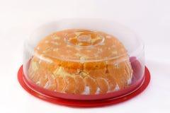 Torta anaranjada en una placa Fotos de archivo