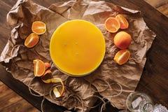 Torta anaranjada y rebanadas anaranjadas Imágenes de archivo libres de regalías