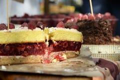 Torta apetitosa da framboesa com bagas inteiras, bolos caseiros Imagem de Stock Royalty Free