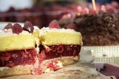 Torta apetitosa da framboesa com bagas inteiras, bolos caseiros Fotos de Stock