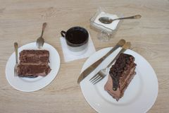 Torta, azúcar y café en la tabla Imágenes de archivo libres de regalías