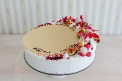Torta blanca con el chocolate blanco en el fondo del interior de la pared Foto de archivo