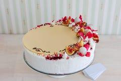 Torta blanca con el chocolate blanco en el fondo del interior de la pared Imágenes de archivo libres de regalías