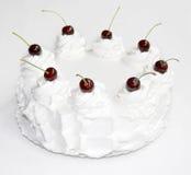 Torta blanca con la cereza Imagen de archivo libre de regalías