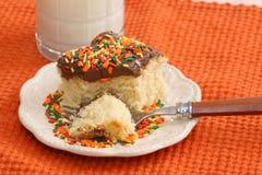 Torta blanca con la formación de hielo del chocolate Imagen de archivo libre de regalías