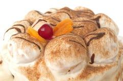 Torta blanca con las cerezas y el chocolate Fotos de archivo libres de regalías