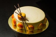 Torta blanca de la crema batida con deco del macaron y del chocolate Imagen de archivo