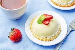 Torta blanca de la crema batida del queso cremoso del chocolate de la fresa Imágenes de archivo libres de regalías