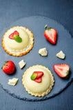 Torta blanca de la crema batida del queso cremoso del chocolate de la fresa Imagenes de archivo