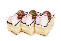 Torta blanca de la galleta adornada con las flores poner crema aisladas en pizca Imágenes de archivo libres de regalías