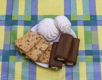 Torta blanca de la melcocha con crema y galletas con las semillas de sésamo y las semillas de girasol Imágenes de archivo libres de regalías