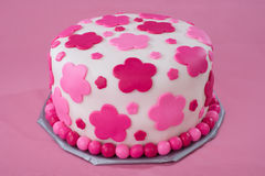 Torta blanca de la pasta de azúcar con las flores rosadas Imágenes de archivo libres de regalías