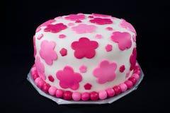 Torta blanca de la pasta de azúcar con las flores rosadas Fotografía de archivo