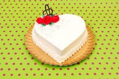 Torta blanca del corazón fotos de archivo
