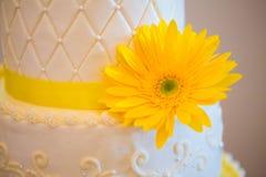 Torta blanca y amarilla de la recepción nupcial Fotografía de archivo libre de regalías