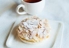 Torta blanca y té Fotos de archivo libres de regalías