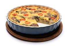 Torta casalinga al forno della quiche nella forma bollente ceramica immagini stock libere da diritti