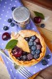 Torta casalinga decorata della bacca della pasticceria dello shortcrust Fotografie Stock