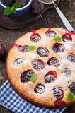 Torta casalinga deliziosa con le prugne Fotografia Stock