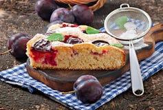 Torta casalinga deliziosa con le prugne Immagini Stock