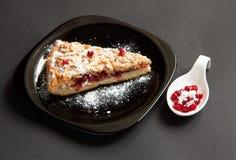 Torta casalinga su un fondo scuro Fotografia Stock