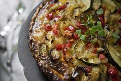 Torta caseiro com com beringela, paprika, queijo e milho na bandeja do vintage fotos de stock