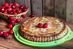 Torta caseiro da cereja com baunilha e as cerejas pretas na tabela de madeira fotografia de stock