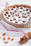 Torta caseiro da cereja no fundo branco Fotos de Stock