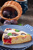 Torta caseiro deliciosa com ameixas Imagem de Stock Royalty Free