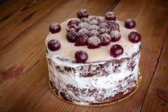 Torta caseiro do chocolate no vintage de madeira Imagem de Stock Royalty Free