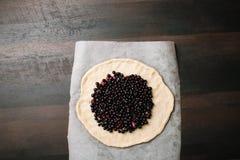 Torta caseiro do galette O processo de fazer o bolo Sobremesa deliciosa Bolo da passa de Corinto preta Receita caseiro foto de stock