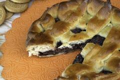 Torta, cerejas, nozes e cookies do doce de Apple na tabela imagens de stock royalty free