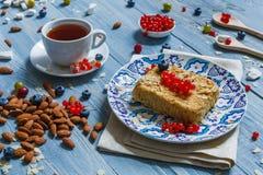 Torta, chá, café e bagas da pastelaria na madeira rústica azul Imagens de Stock