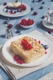 Torta, chá, café e bagas da pastelaria na madeira rústica azul Foto de Stock Royalty Free