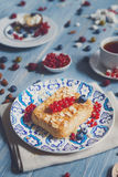 Torta, chá, café e bagas da pastelaria na madeira rústica azul Fotos de Stock Royalty Free
