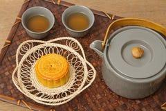 Torta china de la luna con ceremonia de té Imagen de archivo