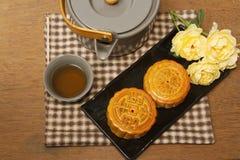 Torta china de la luna con ceremonia de té Fotografía de archivo libre de regalías