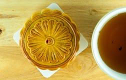 Torta china de la luna y té chino Imagenes de archivo