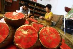 Torta china típica de la cesta de los artesanos fotografía de archivo libre de regalías