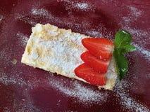 Torta clásica Napoleon con las fresas fotografía de archivo
