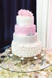 Torta colorida de la boda de lujo magnífica hermosa en un restaurante, Fotografía de archivo