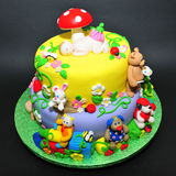 Torta colorida de la pasta de azúcar con las estatuillas de los animales Foto de archivo libre de regalías