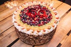 Torta colorida y deliciosa sabrosa de la fruta para una 60.a fiesta de cumpleaños imagenes de archivo